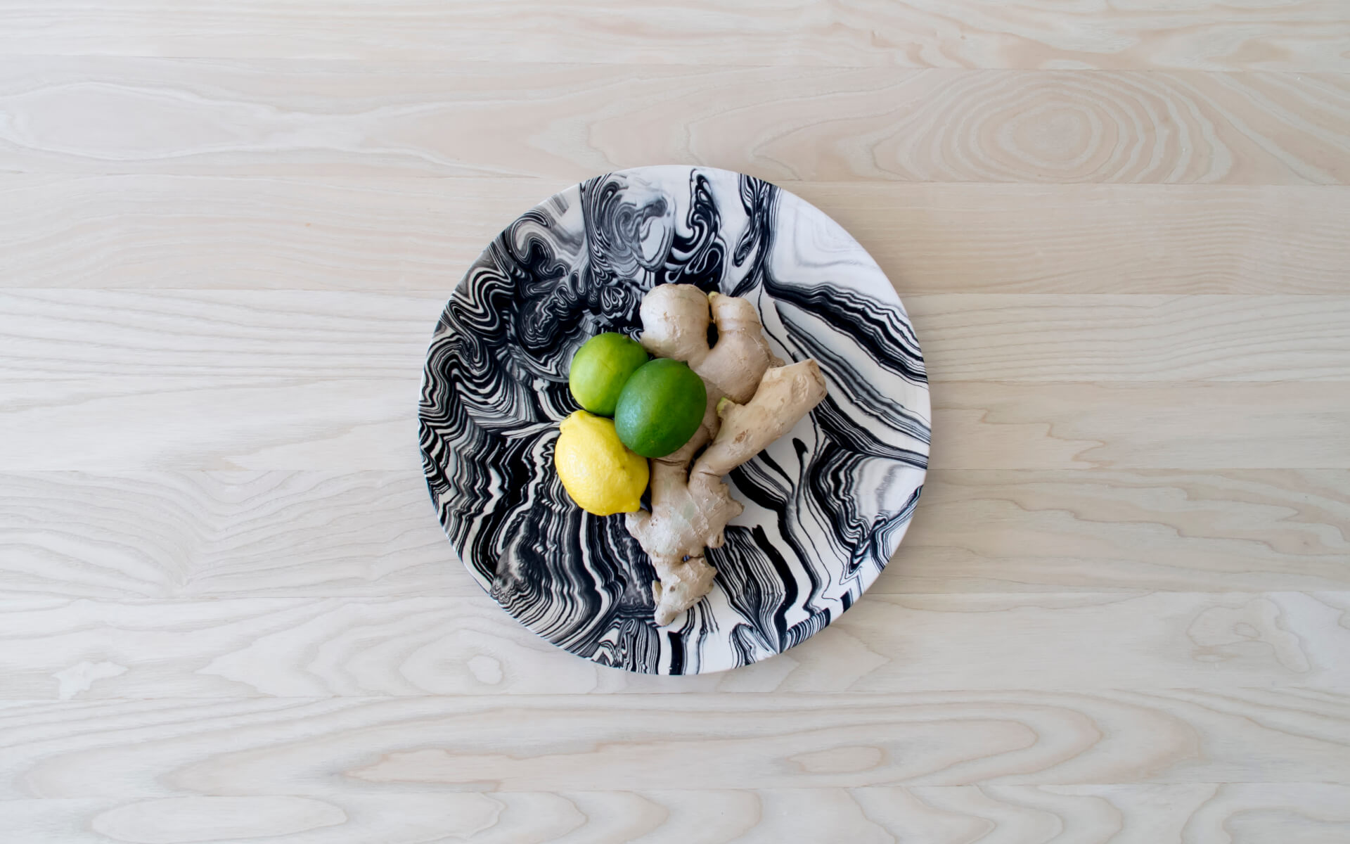 Poured Plate – White with Black – Top View – Troels_Flensted – 300dpi
