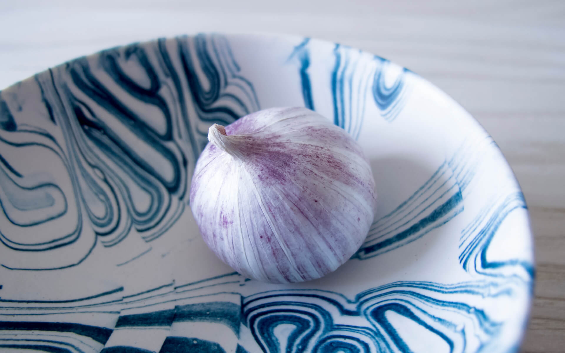 Poured Bowl – Small – White with Dark Blue – Detail Shot – Troels_Flensted – 300dpi